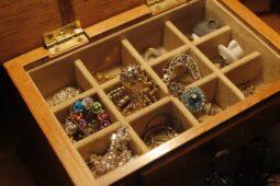 Forkæl en du holder af med en fin Aagaard ring eller et smykke fra Maanesten