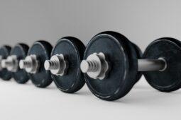 Håndvægte, vægtstænger m.m. i styrketræningsudstyr i lækkert, italiensk design
